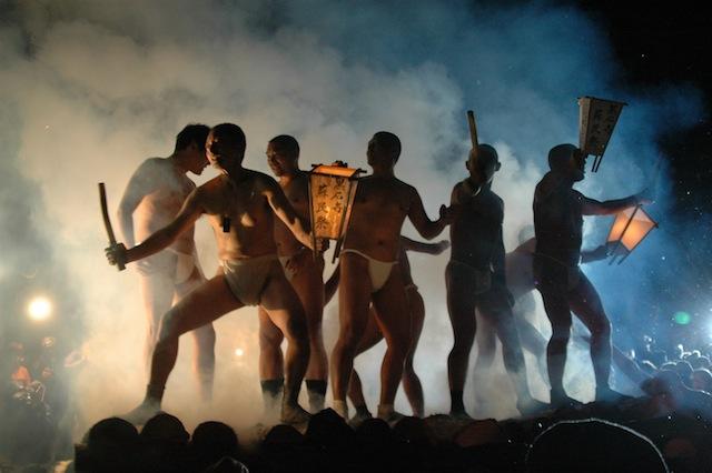煙に包まれる黒石寺蘇民祭の参加者
