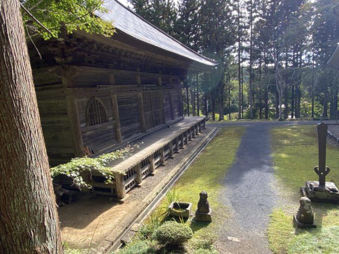 黒石寺の境内