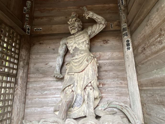 本山慈恩寺の山門の仁王像