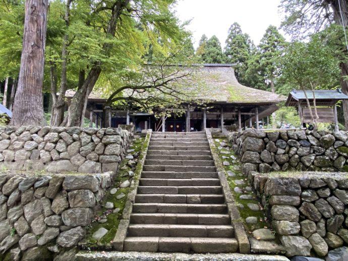 本山慈恩寺の本堂と石段