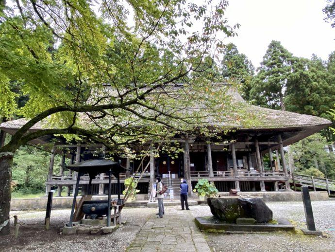 本山慈恩寺の本堂と境内