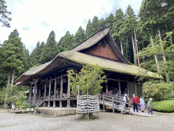本山慈恩寺の本堂と拝観を終えた人々