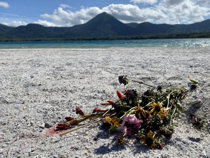 極楽浜に手向けられた花