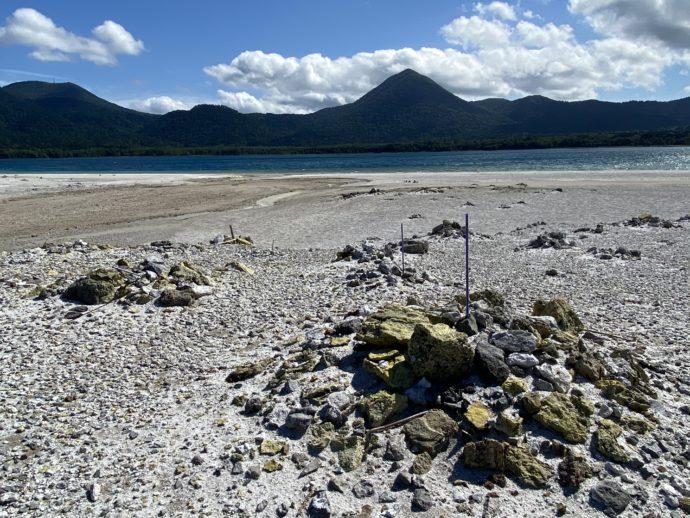 極楽浜に積まれた石