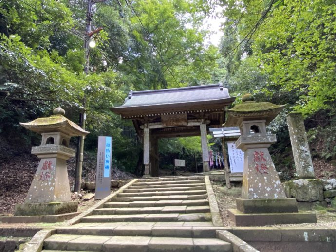 安来清水寺の参道の大門と灯籠