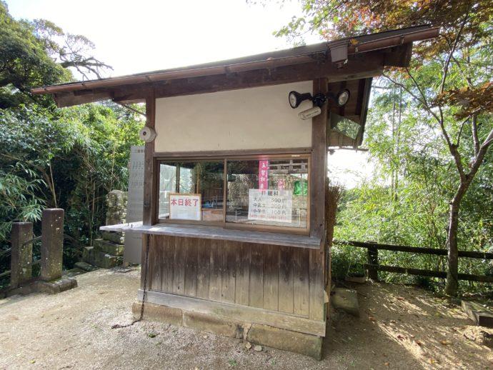 安来清水寺の三重塔の券売所