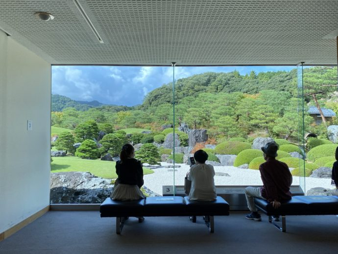 足立美術館の庭園を眺める人