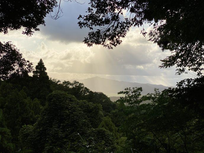 雨上がりの空と山