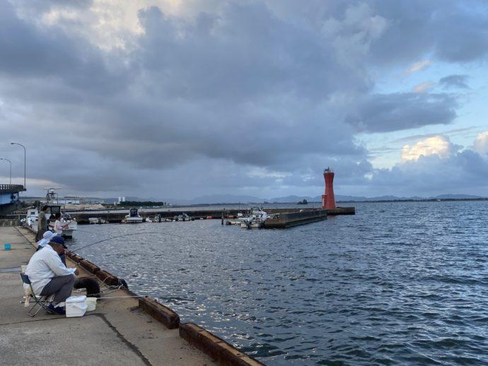 安来の埠頭で釣りをする人