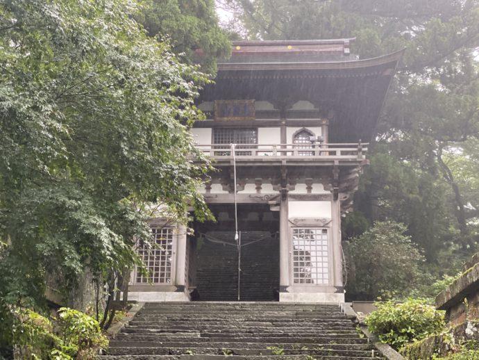 大山寺の山門前の石畳