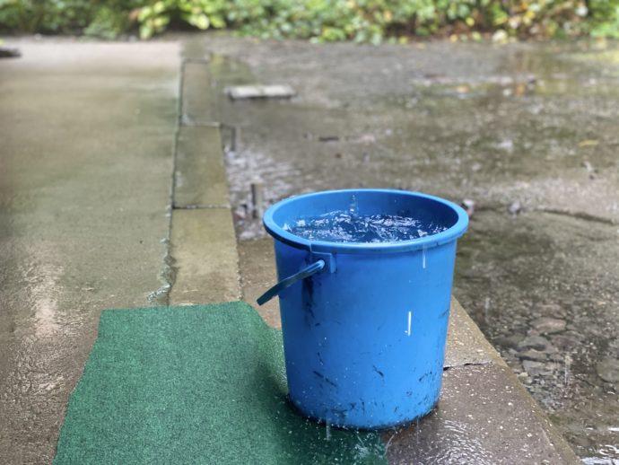 雨漏りを受けるバケツ