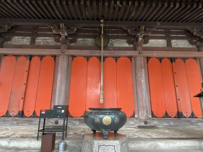 扉を閉ざした大山寺の本堂