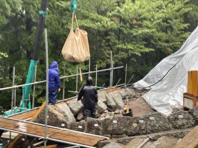 修復作業中の吊られた石