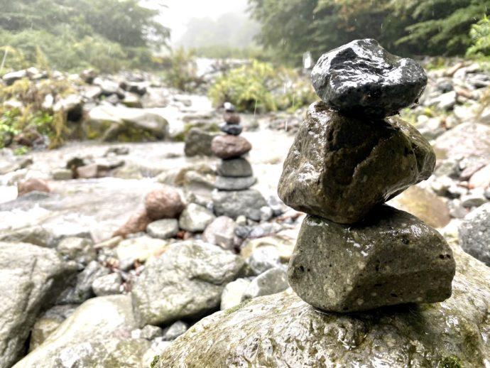 大神山神社奥宮の賽の河原に積み上げられた石