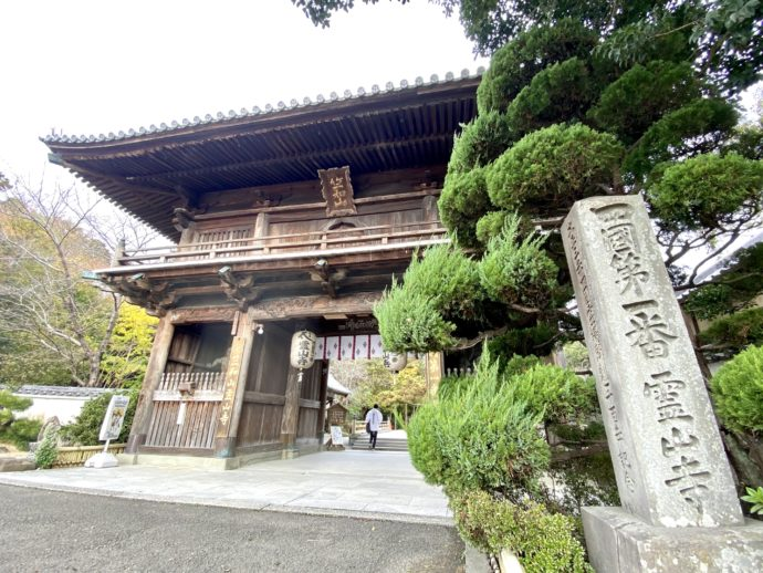 霊山寺の仁王門と石柱
