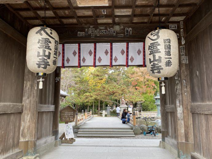 霊山寺の仁王門