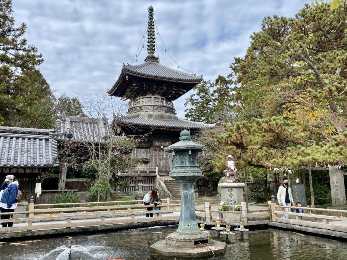 霊山寺の多宝塔と池