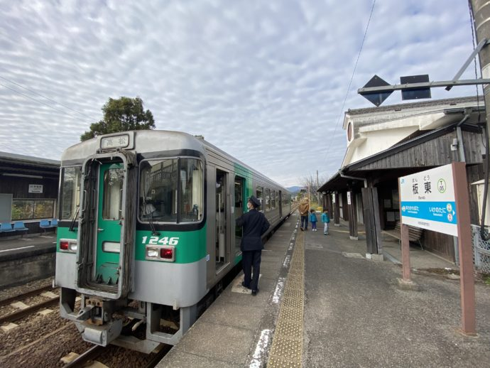 JR板東駅のホーム
