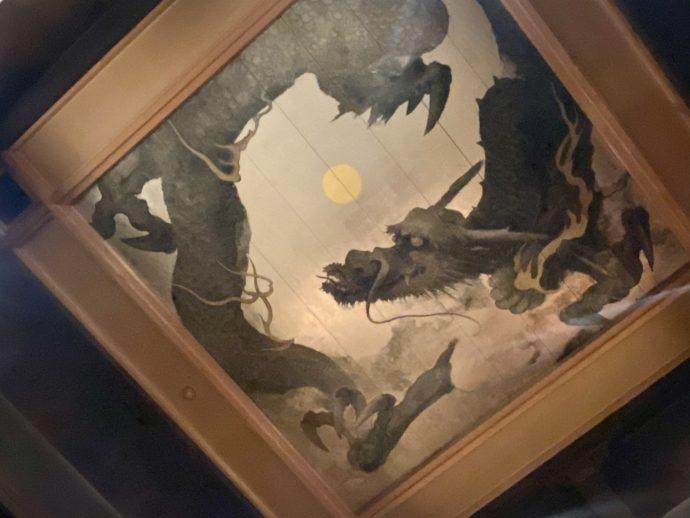 霊山寺の本堂の龍と宇宙を描いた天井画
