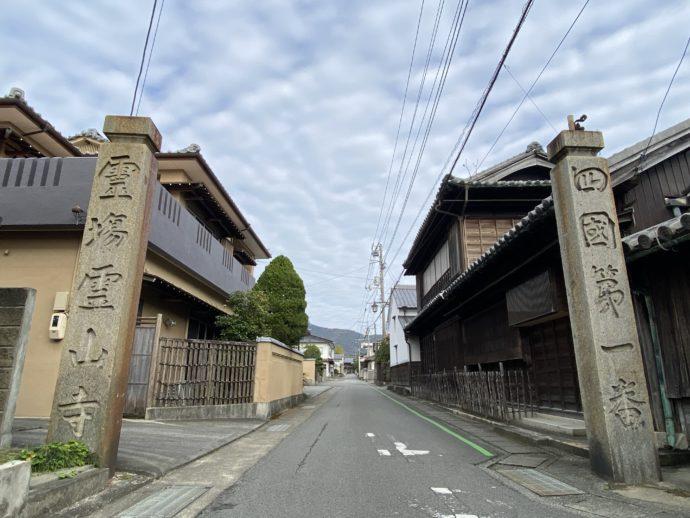 霊山寺の石柱