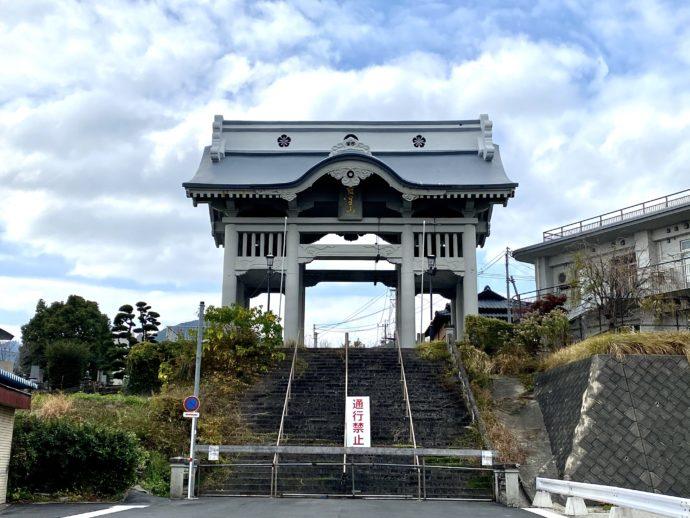 妙法寺参道の仁王門