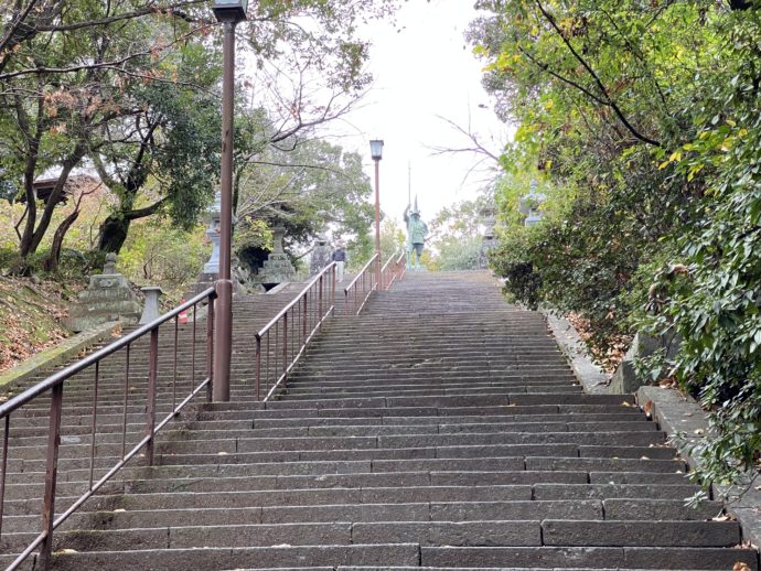 本妙寺の加藤清正公銅像と階段
