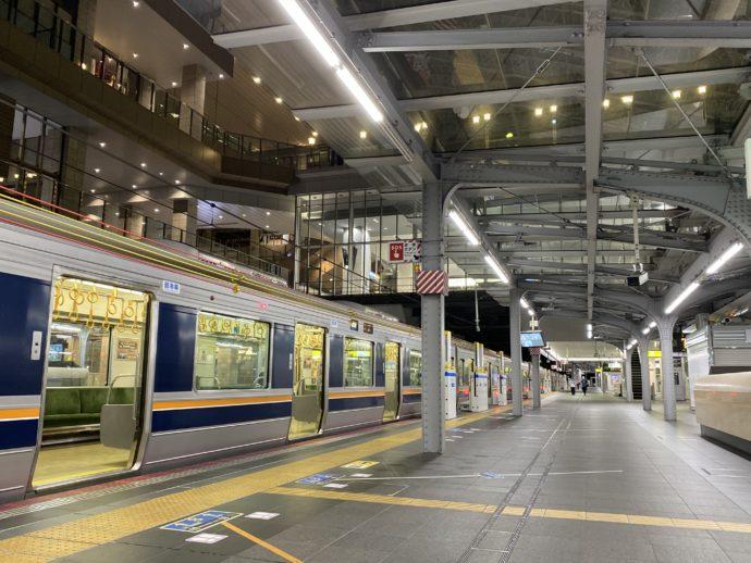 早朝のJR大阪駅ホーム