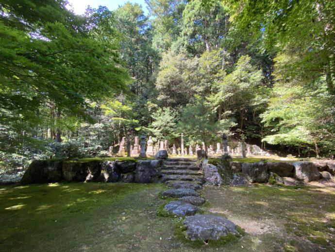 明通寺の墓所