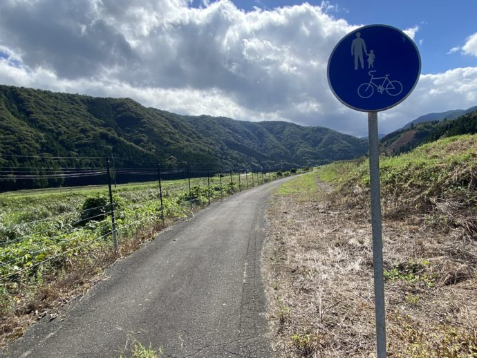 明通寺への田舎道と標識