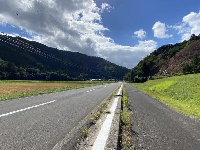明通寺への田舎道と道路
