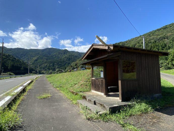 明通寺への田舎道とバス停
