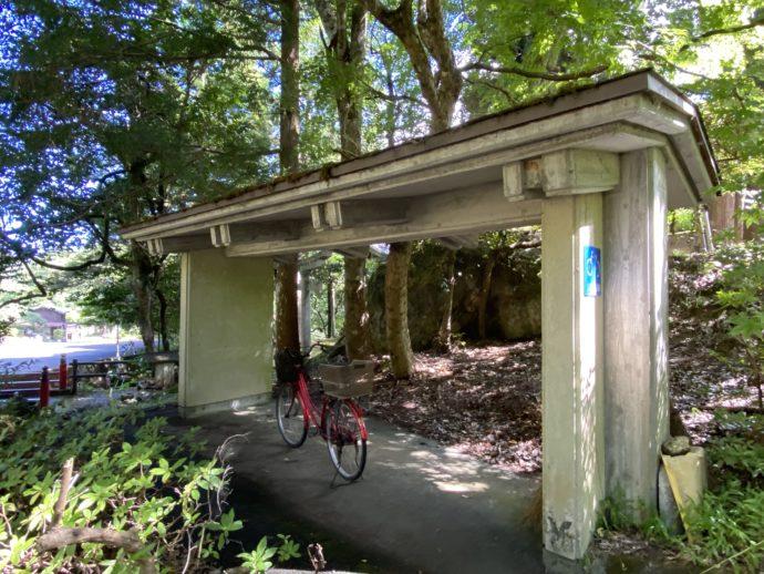 明通寺前の自転車置き場