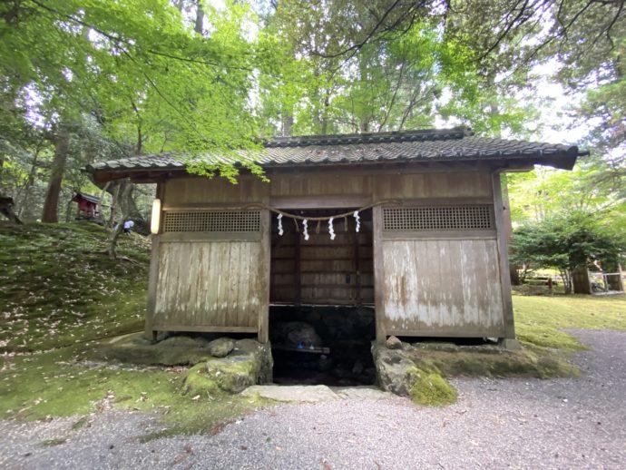 若狭神宮寺の閼伽井戸のある小屋