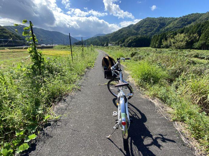 明通寺への田舎道と自転車