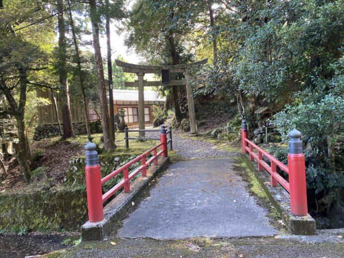 山祇神社(やまづみじんじゃ)と赤い橋