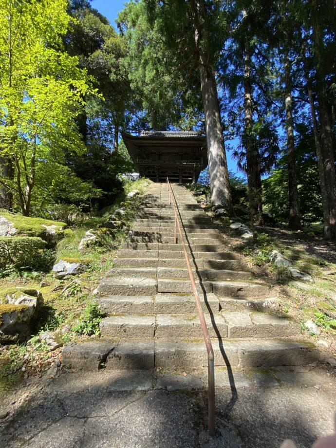 明通寺の石段と山門