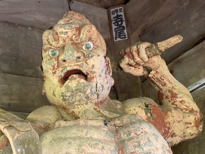 明通寺の山門の仁王像