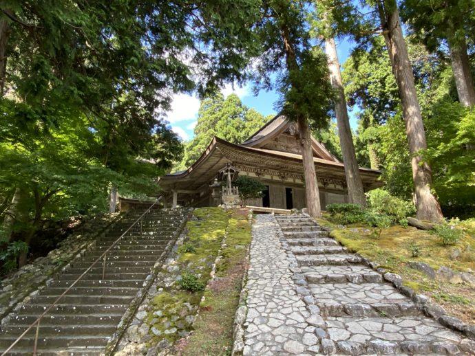 明通寺の本堂と石段