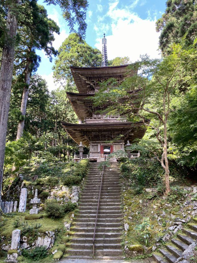 明通寺の三重塔と参道