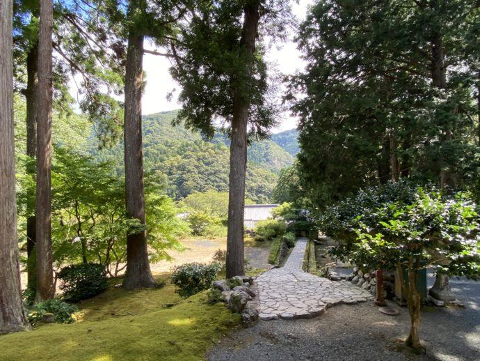 明通寺の庭園と道