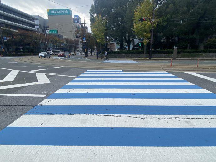 青い横断歩道