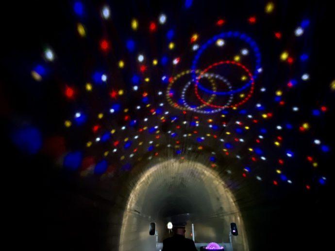 トンネル天井に輝くイルミネーション