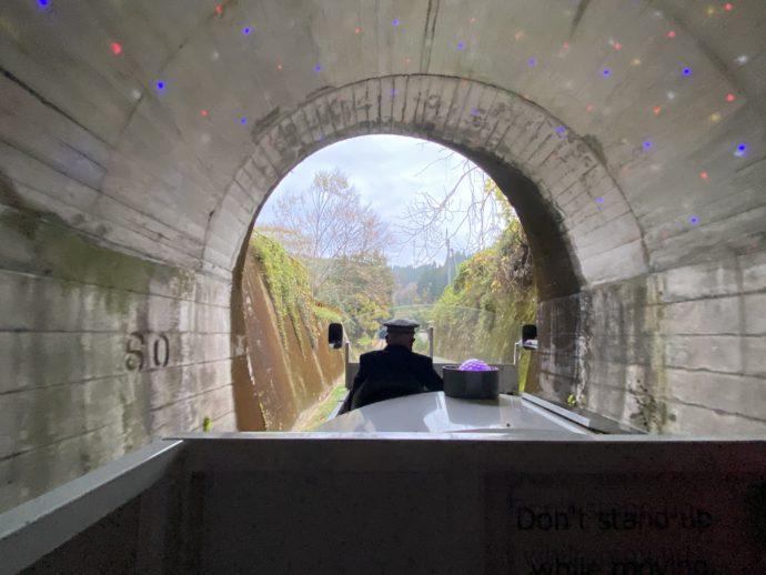 トンネル出口を通過