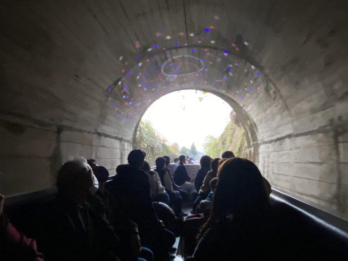 トンネルを抜けるカート
