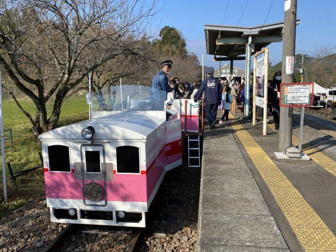 高千穂駅ホームに停車するグランド・スーパーカート