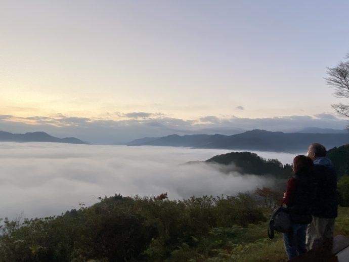 国見ヶ丘展望台の雲海と男女