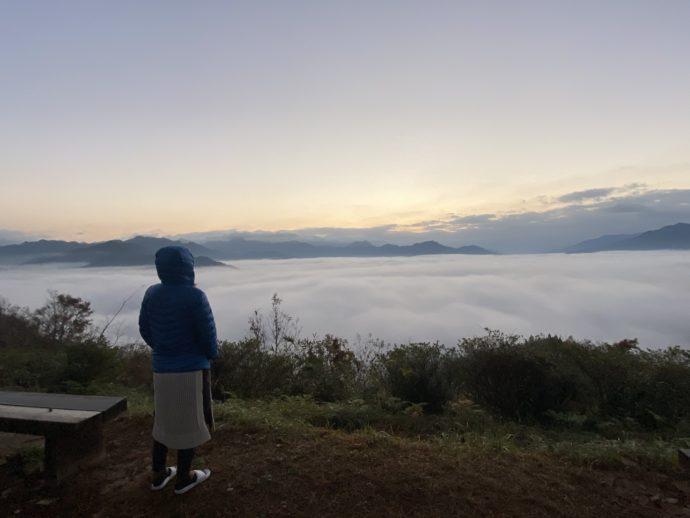 国見ヶ丘展望台の雲海と女性