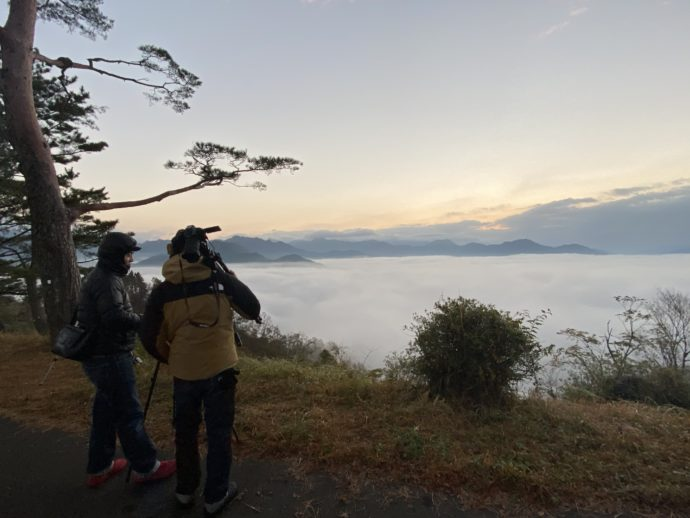 国見ヶ丘展望台の雲海を眺めるカメラマン