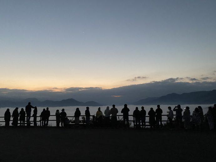 国見ヶ丘展望台で雲海を眺める人々