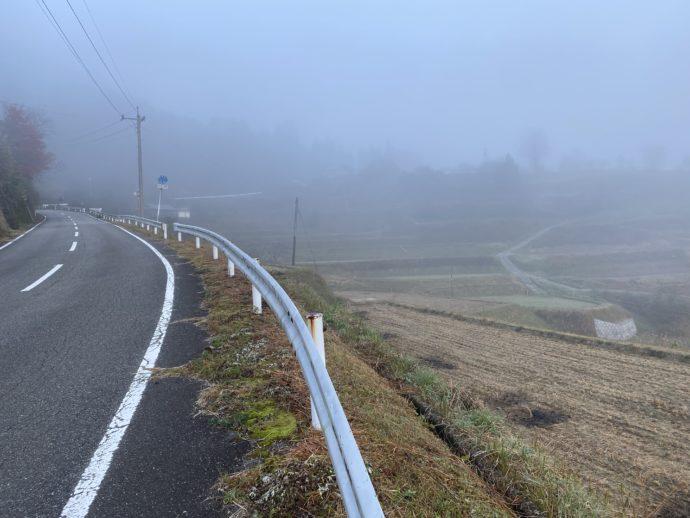 朝霧のなかの棚田の側道
